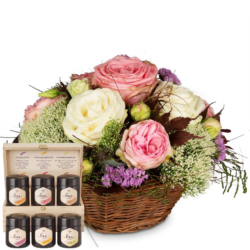 Bouquet de fleurs A Basket full of Poetry with Roses with honey gift set