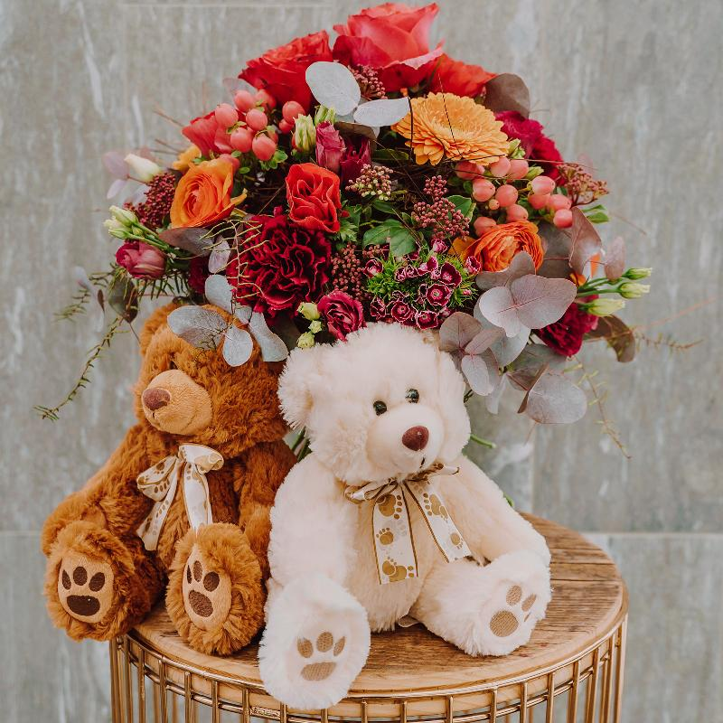 Bouquet de fleurs «Passion» created by a Master with two teddy bears (white &