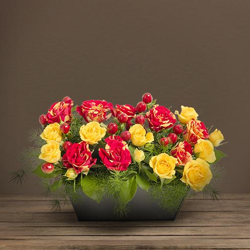 Fleurs deuil Composition jaune et rouge avec des roses