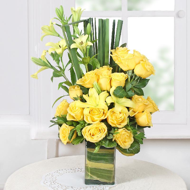 Bouquet de fleurs Assorted Yellow Flowers in a Vase