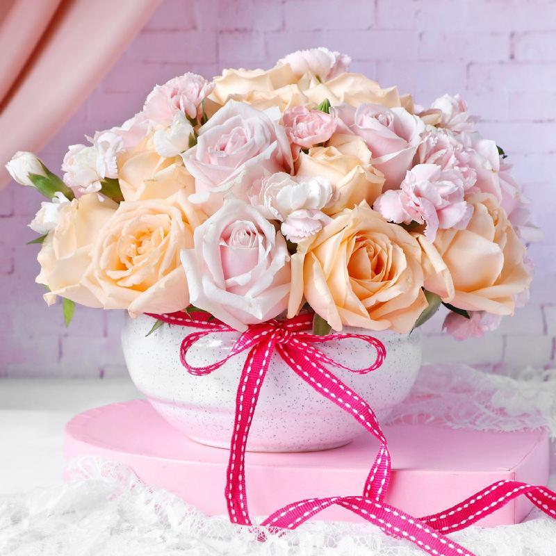 Bouquet de fleurs Roses & Carnations in Ceramic Bowl